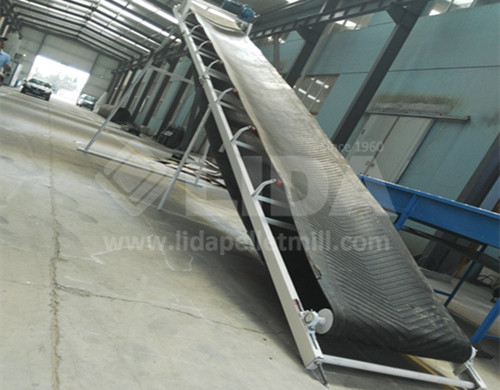 output conveyor of the pallet crushing machine